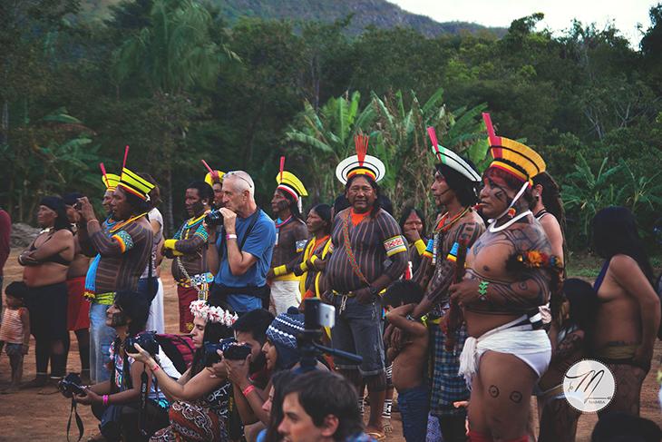 Várias tribos de índios, vendo e tirando foto de outras tribos que estavam dançando.