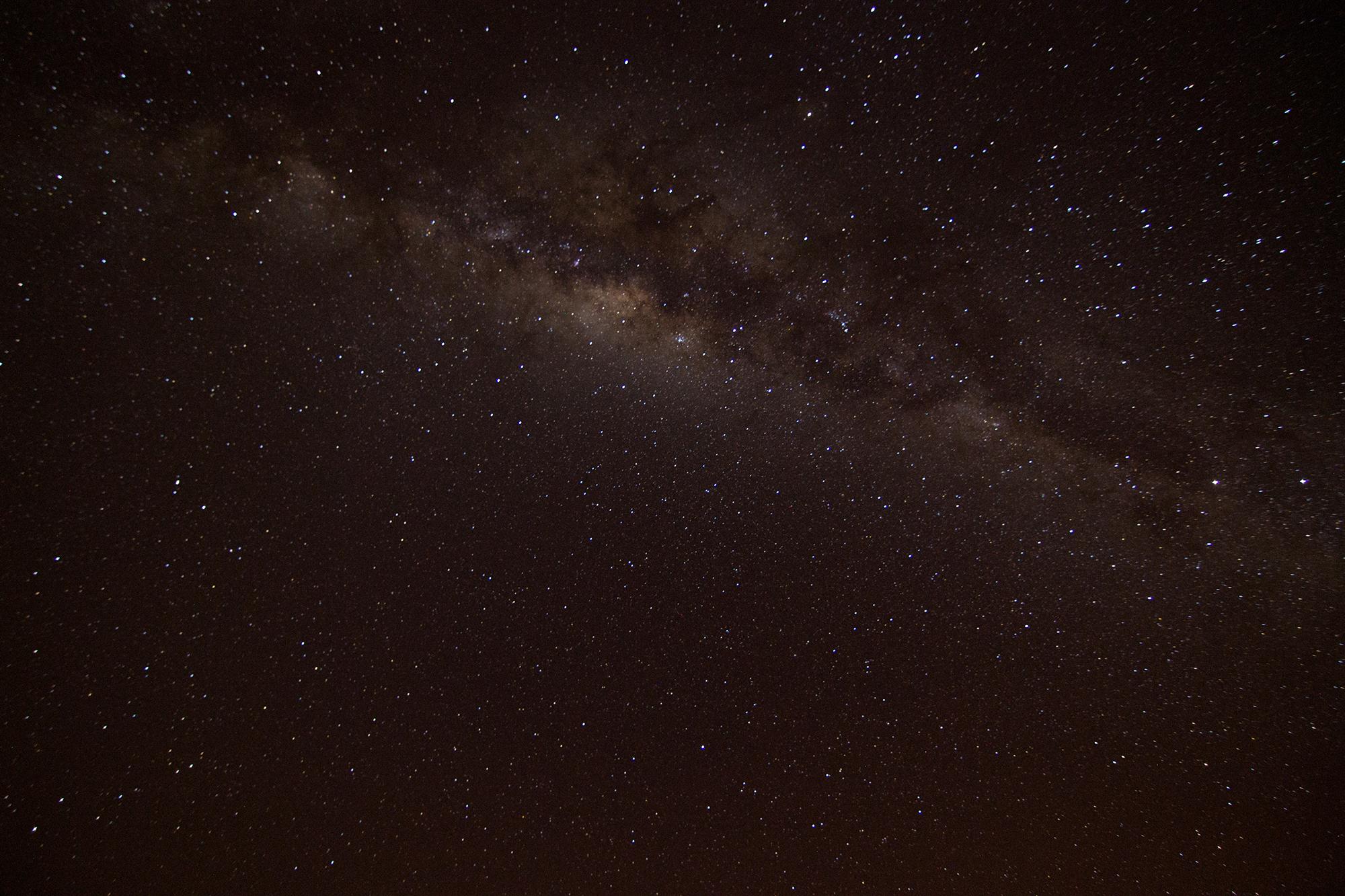 Esse céu maravilhoso é uma das paisagens mais lindas que podemos ver em Alto Paraíso de Goiás, sério, é assim mesmo que você vê o céu, com vários pontos estrelados e a via láctea a olho nu. é incrível.