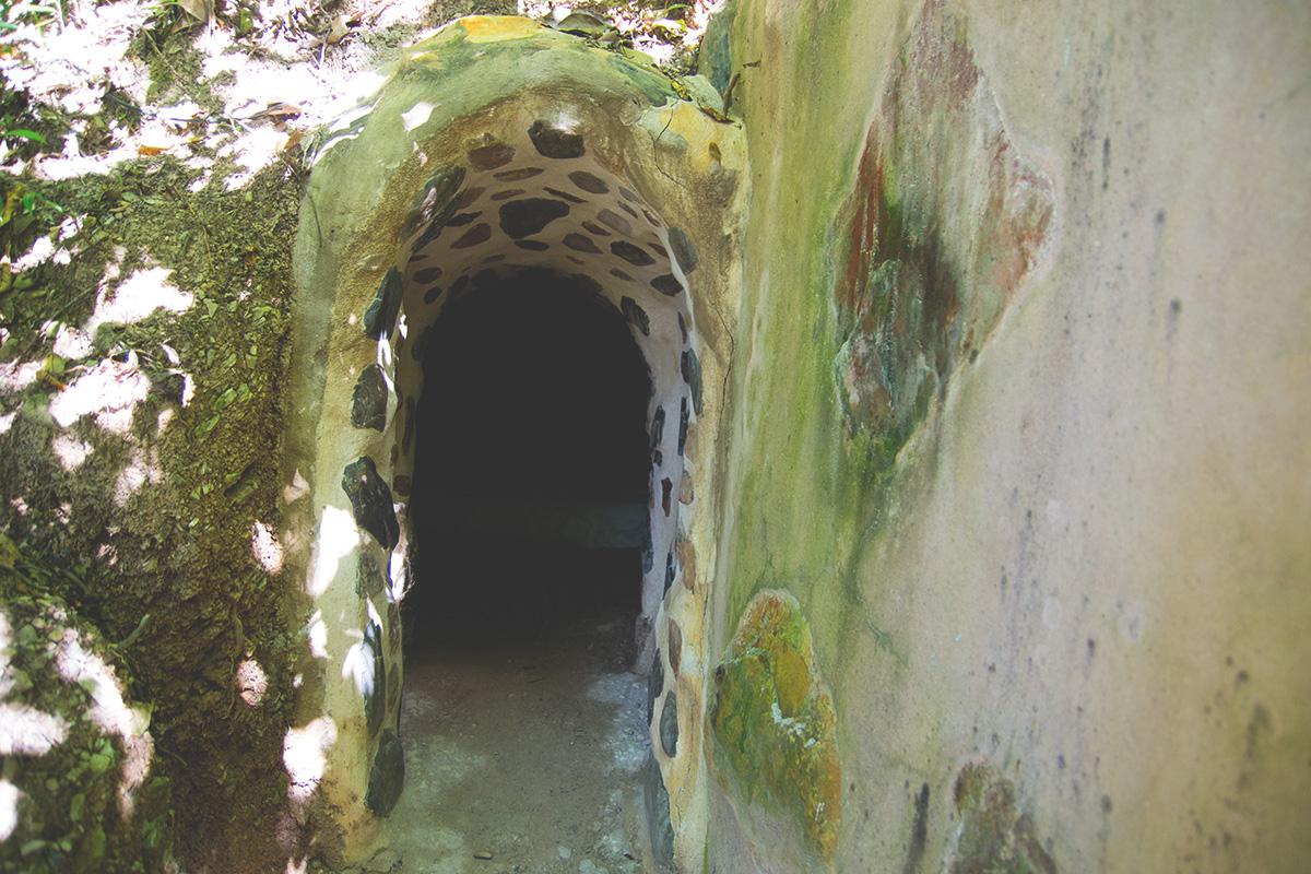 Essa gruta foi meu tio que fez, e é linda, eles até dormem lá hahaha